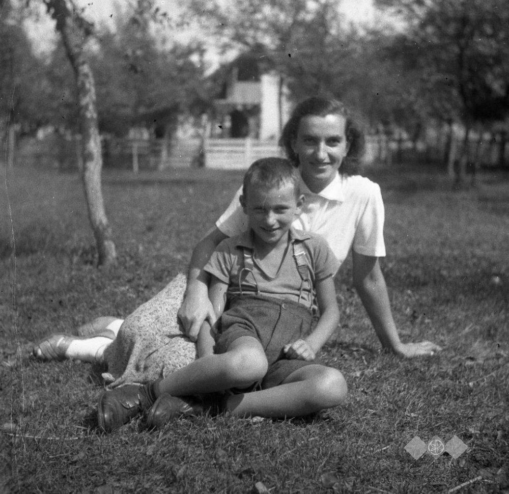 Smoličeva_Mici_s_sinkom,_Šentjernej_1952 (1)