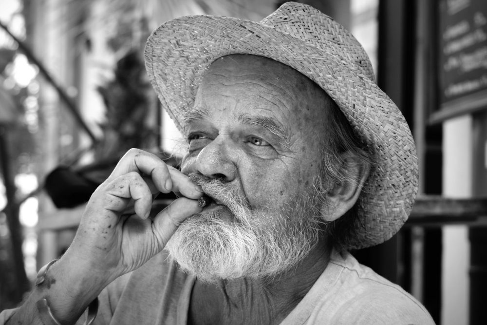 -absolutely_free_photos-original_photos-portrait-of-old-man-smoking-cigar-5682x3793_52759
